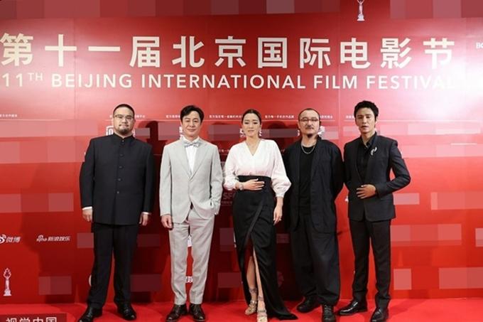 Ngày 29/9, Củng Lợi cùng các thành viên BGK LHP quốc tế Bắc Kinh xuất hiện trên thảm đỏ lễ bế mạc mùa phim. Là thành viên nữ duy nhất của hội đồng nghệ thuật, cô đồng thời đảm nhận vai trò chủ tịch BGK. Tài tử Trần Khôn (ngoài cùng bên phải) ngồi ghế nóng cùng các đàn anh đàn chị.