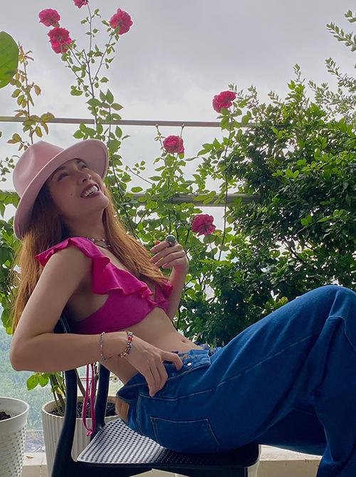 Bikini hồng cánh sen được Yến Trang mix-match phá cách cùng quần jeans lưng cao. Nữ ca sĩ chọn thêm mũ fedora hồng phấn để hoàn thiện set đồ.