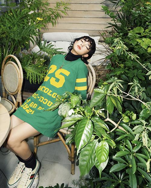 Sau loạt trang phục sexy khi ở nhà, Châu Bùi bắt trend xanh lá cuốn hút với cách mix áo thun dáng rộng cùng trang phục cao cổ mang hơi hướng thu đông.