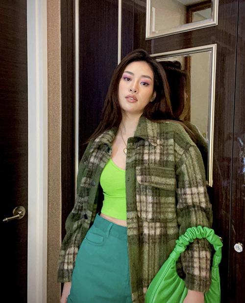 Tận dụng những trang phục có sẵn trong tủ đồ, hoa hậu Khánh Vân tự tin trổ tài mix-match trang phục theo xu hướng màu sắc thịnh hành.