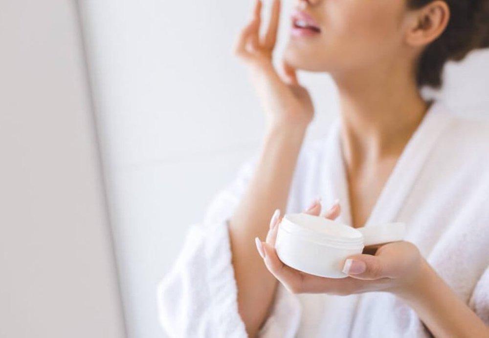 Kem dưỡng chứa các thành phần thiên nhiên lành tính giúp cấp ẩm cho da mà không gây bít tắc lỗ chân lông.