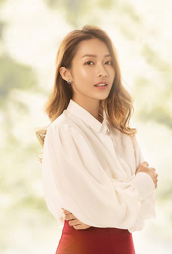 Nhân vật của Khả Ngân tên Hoài Phương, ứng với nhân vật Kang Mo Yeon do Song Hye Kyo đóng trong bản gốc. Cô là một bác sĩ có chuyên môn cao và yêu nghề, đồng thời là một phụ nữ độc lập, tự chủ trong cuộc sống. Hoài Phương bề ngoài tỏ ra cứng rắn và yêu vật chất, nhưng bên trong lại là một trái tim ấm áp.