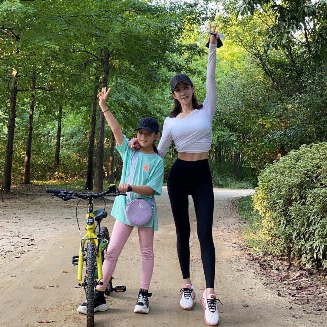 Nữ PT và con gái.