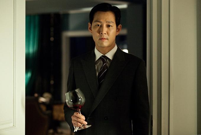 Lee Jung Jae đẹp lãng tử trong Cô hầu gái. Ảnh: HK01