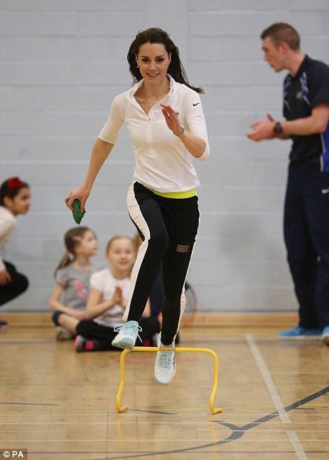 Kate mặc đồ chạy bộ yêu thích của mình tại trường trung học Craigmount ở Edinburgh vào tháng 2 năm 2016