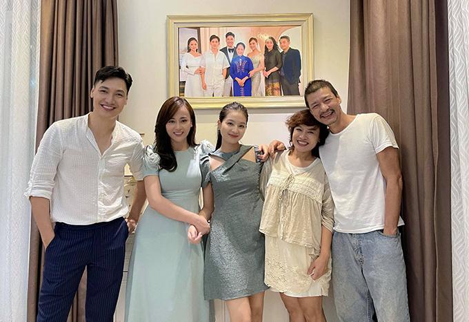 Mạnh Trường, Phương Oanh, Bích Ngọc, Tú Oanh, Võ Hoài Nam (từ trái sang) trong cảnh quay cuối hôm 2/10.