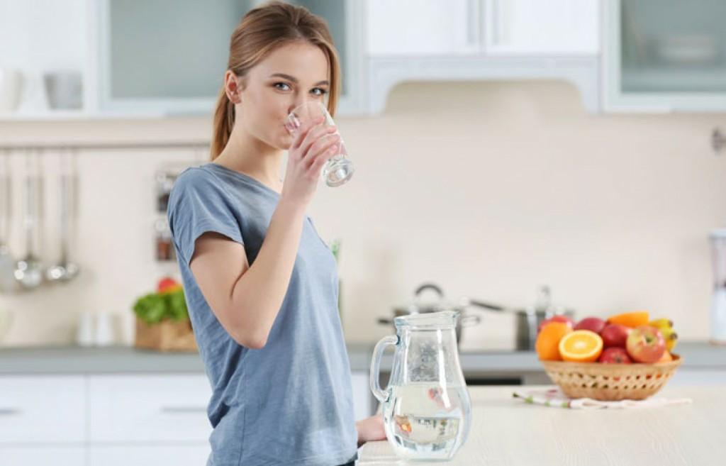 Uống nước ấm ngay sau khi thức dậy hỗ trợ giảm cân hiệu quả.