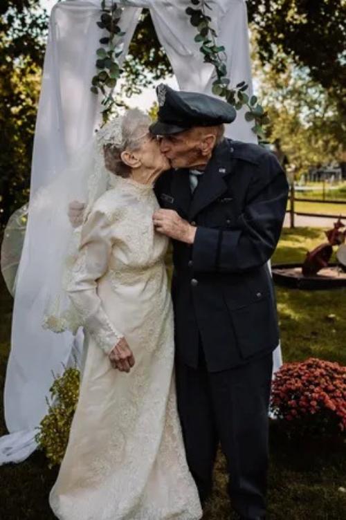 Bà Frankie King và chồng Royce King trao nhau một nụ hôn ở kỷ niệm 77 năm ngày cưới. Ảnh: St. Croix Hillary Michelson