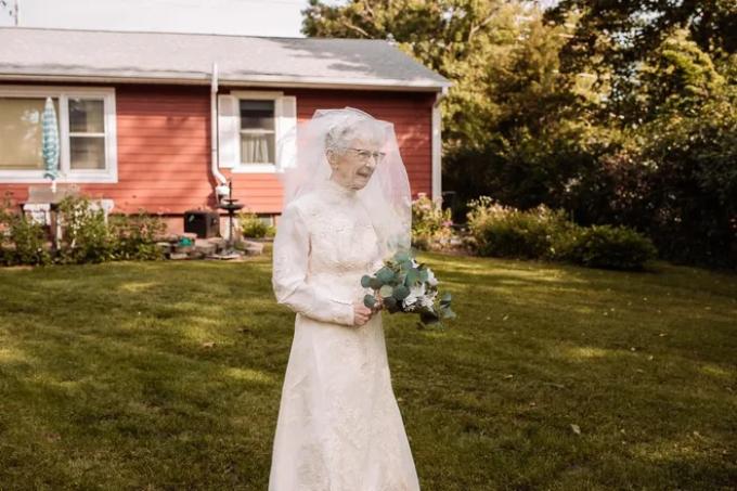 Cô dâu Frankie King, 97 tuổi đi tới chỗ chú rể Royce King, như một cách để tái hiện đám cưới của họ trong kỷ niệm 77 năm ngày cưới. Ảnh: St. Croix Hillary Michelson
