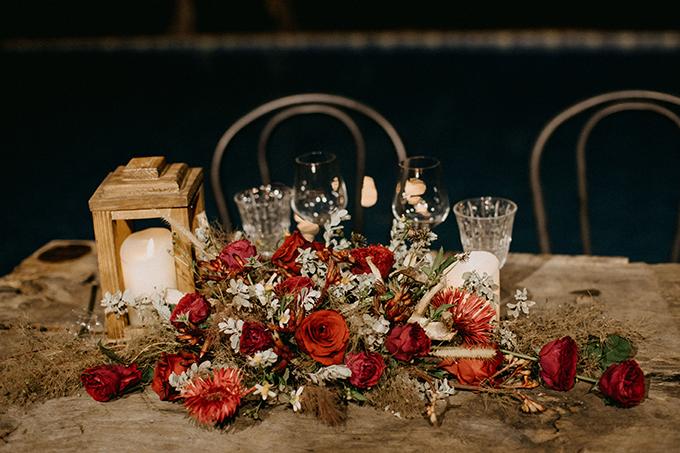 Ý tưởng decor chính cho tiệc cưới bí mật được khai thác từ tính cách, sở thích của cô dâu chú rể. Đó là hướng tới sự tự do, phóng khoáng, một chút sắc đỏ rực rỡ, đam mê và sự bay bổng đến từ những bông lau.