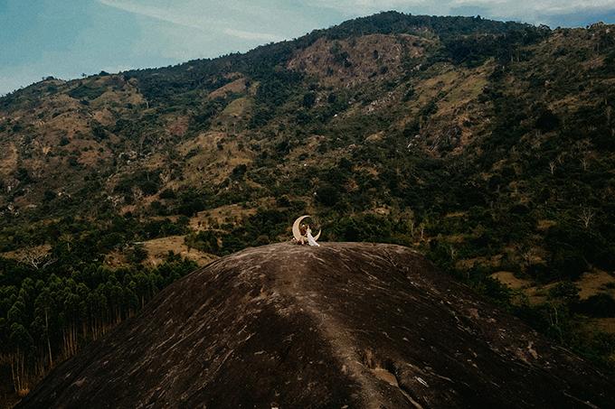 Trước đó, cả hai đã nói lời thề nguyện trên đỉnh núi, dưới ánh hoàng hôn như rót mật của núi rừng Tây Nguyên, cũng là địa điểm chụp hình cưới cuối ngày tại núi đá Voi Mẹ.
