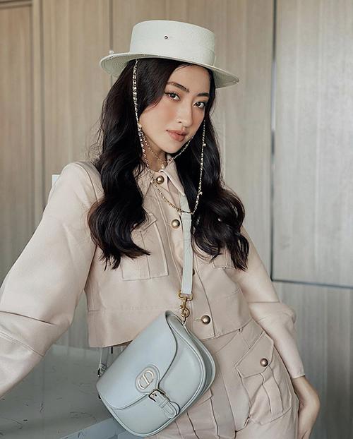 Ở nhà tránh dịch, Lương Thuỳ Linh vẫn mix-match trang phục ấn tượng để khoe style sành điệu cùng túi hiệu Dior có giá khoảng hơn 80 triệu đồng.