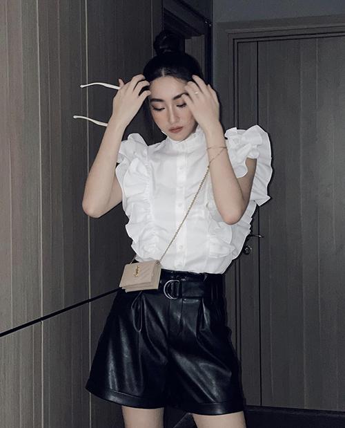Những hot trend túi hiệu được sao Việt ưa chuộng cũng được Lương Thuỳ Linh cập nhật nhanh nhậy. Túi mini của Saint Laurent được Lương Thuỳ Linh phối cùng áo bèo nhún, quần short da phá cách.