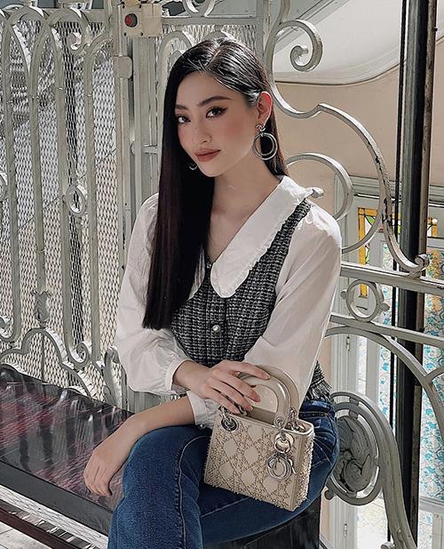 Lương Thuỳ Linh khéo tạo dáng để mẫu túi lady Dior có giá khoáng 100 triệu đồng được mô tả rõ nét trong khung hình.