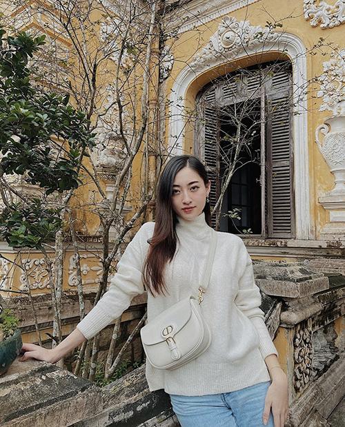 Túi đeo chéo, gam trắng có giá 82 triệu đồng của Dior được Lương Thuỳ Linh khá cưng chiều. Cô thường xuyên sử dụng phụ kiện này khi đi du lịch, công tác và mix đồ dạo phố.
