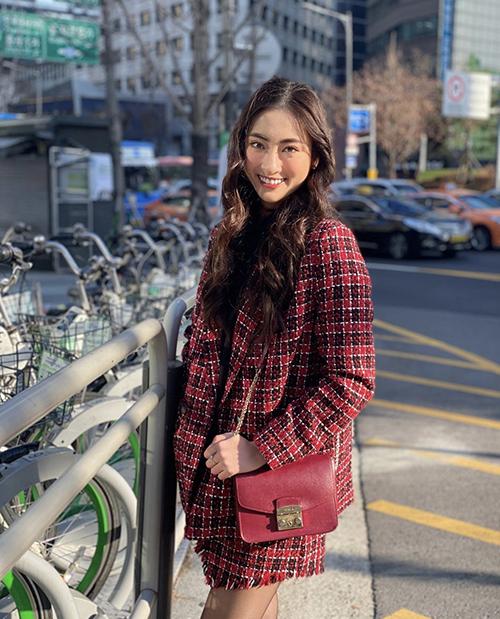 Năm 2019, hoa hậu Lương Thuỳ Linh khoe dáng trên phố Soeul với set đồ ton-sur-ton. Mẫu phụ kiện cô sử dụng là túi đeo chéo của Fula có giá khoảng 6 triệu đồng.