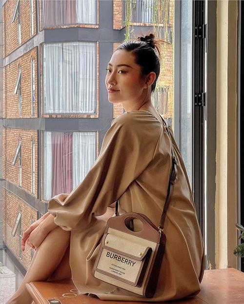 Pocket Bag của Burberry có giá 1.500 USD được sao Việt  như Ngọc Trinh, Minh Hằng, Đức Phúc... săn lùng cũng xuất hiện trong tủ đồ hiệu của Lương Thuỳ Linh.