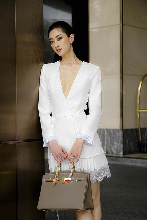 Lương Thuỳ Linh chọn túi Hermès Birkin để tạo điểm nhấn khi diện váy trắng sexy. Đây là mẫu túi đắt đỏ nhất dòng thời trang cao cấp.