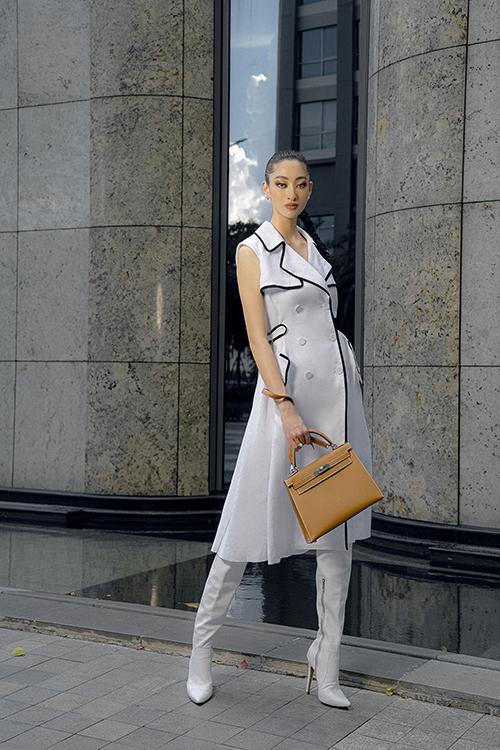 Túi Hermès Kelly giá vài trăm triệu đồng nổi bật trên set đồ dạo phố theo phong cách cá tính của Lương Thuỳ Linh.