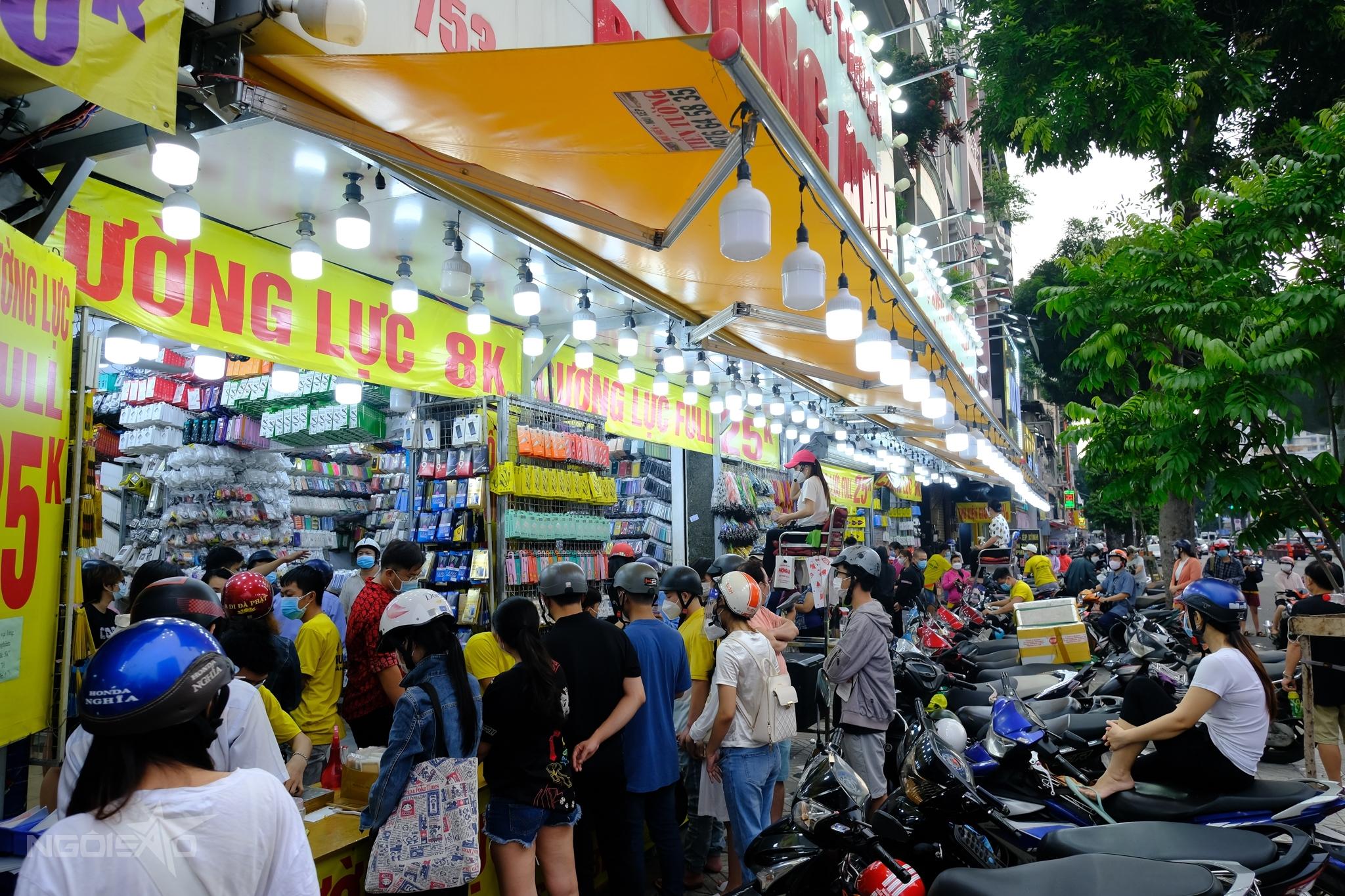 Đám đông mua hàng trước cửa tiệm điện thoại chiều 3/10. Ảnh: Maison de Bil