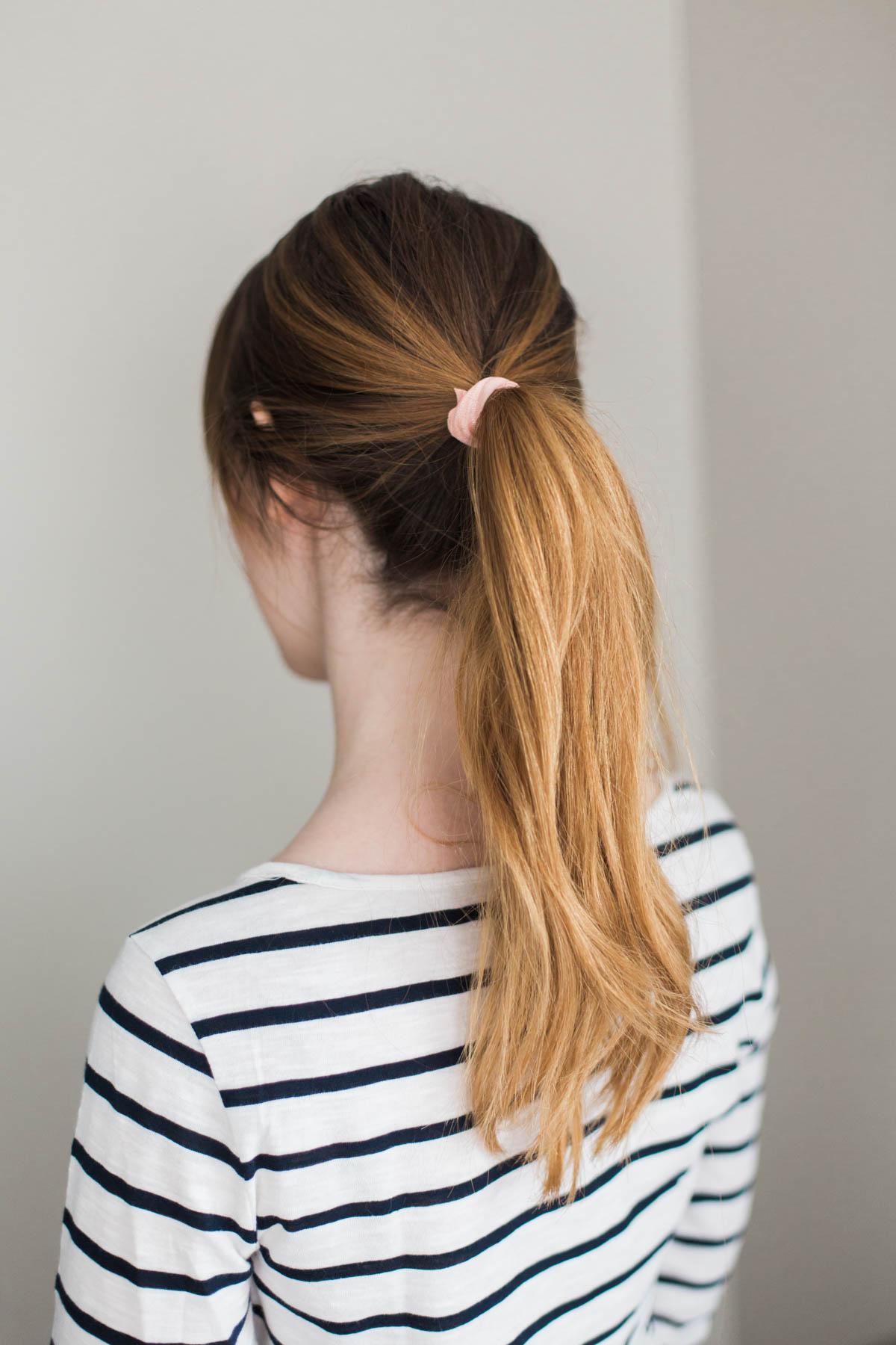Kiểu tóc đuôi ngựa tiện lợi có thể gây ra nhiều vấn đề cho mái tóc nếu không được buộc đúng cách.