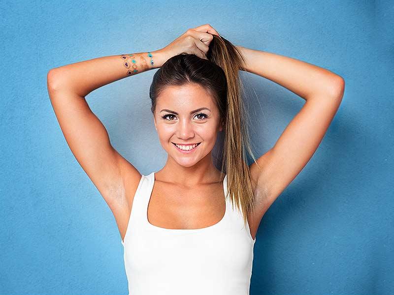 Không nên buộc tóc khi còn ẩm, dễ khiến tóc gãy rụng.
