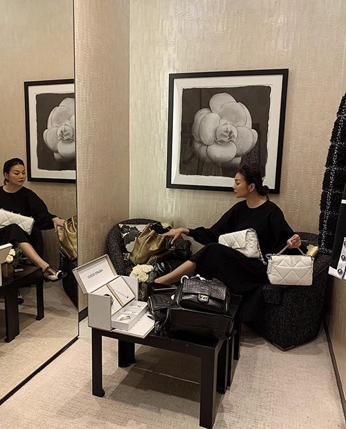 Thanh Hằng có thói quen chọn vài món đồ khi ghé showroom của Chanel, Dior.