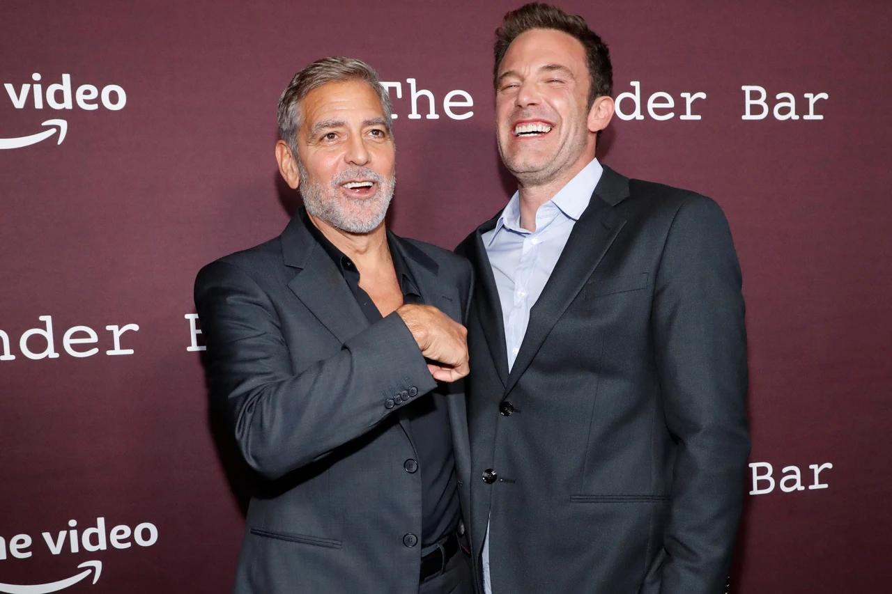 Ben Affleck hào hứng tán chuyện với tài tử George Clooney - đạo diễn bộ phim The Tender Bar. Ảnh: Reuters