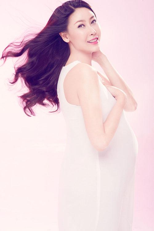 Hoa hậu Hà Kiều Anh đẹp tinh khôi lúc mang bầu ở tuổi 39. Diện chiếc váy ôm dáng màu trắng trơn, Hà Kiều Anh khoe thân hình vẫn khá gọn gàng, không tăng cân là bao.