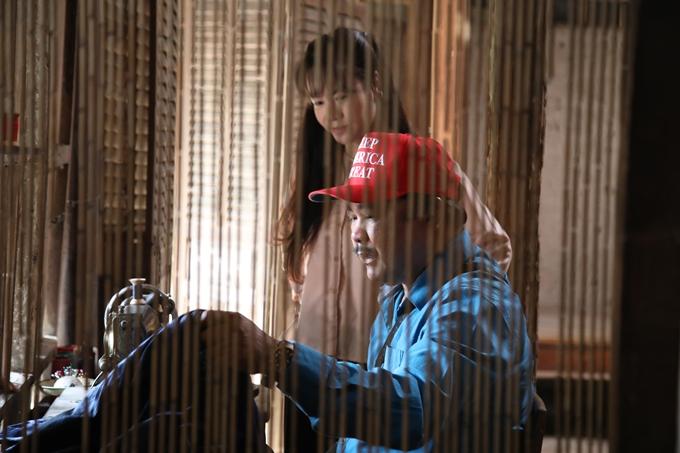 Đạo diễn Phương Điền thị phạm cảnh may đồ cho Nhật Kim Anh.
