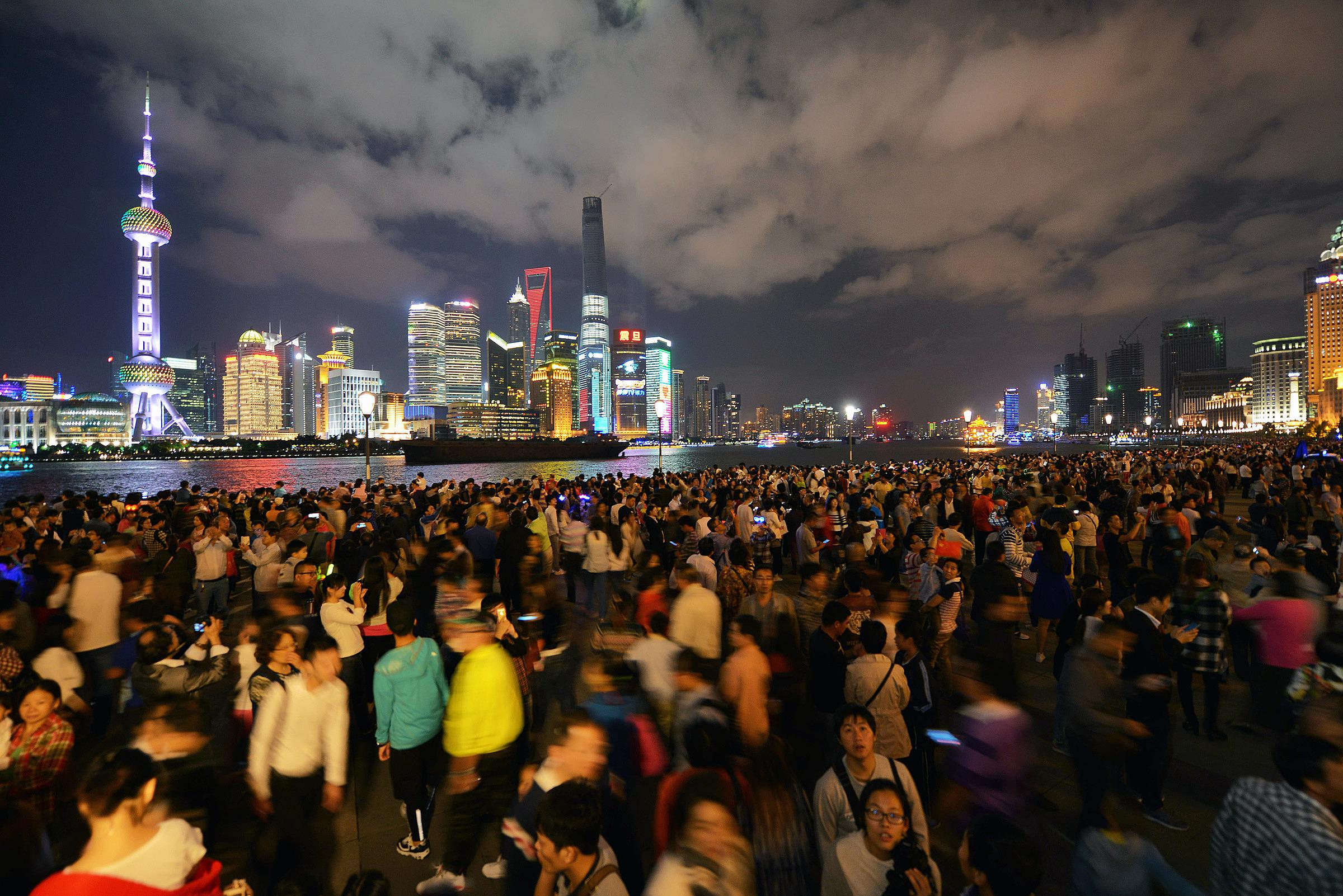 Hơn một triệu người đã tới bến Thượng Hải chỉ trong hai ngày đầu kỳ nghỉ. Ảnh: China Daily
