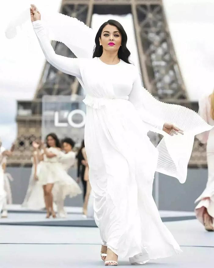 Hoa hậu Thế giới 1994 đánh cắp sự chú ý với thần thái quyến rũ, nhan sắc rực rỡ. Không chỉ là một nữ hoàng sắc đẹp và minh tinh Bollywood, từ lâu Aishwarya Rai đã được coi là một biểu tượng thời trang.