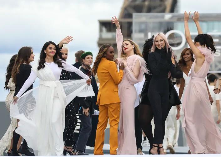Mỹ nhân 47 tuổi nổi bật bên dàn mẫu trẻ và nhiều ngôi sao Hollywood như Helen Mirren, Amber Heard...