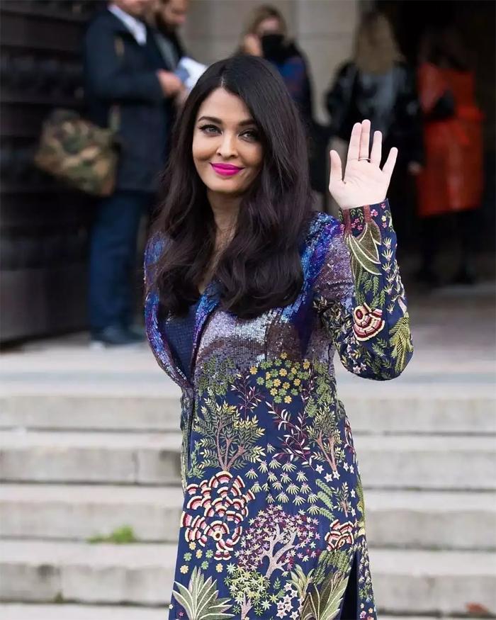 Aishwarya Rai Bachchan niềm nở vẫy tay chào khi đông đảo người hâm mộ gọi vang tên cô bên ngoài tòa nhà ở thủ đô nước Pháp ngày 4/10.