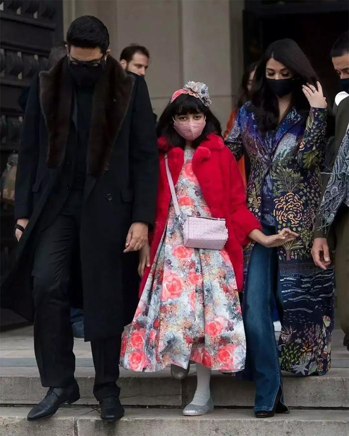 Aishwarya Rai đến Paris cùng chồng - tài tử Abhishek Bachchan - và con gái 10 tuổi Aaradhya Bachchan. Đây là lần hiếm hoi cả gia đình đi dự sự kiện cùng nhau vì Abhishek cũng là ngôi sao lớn, có lịch trình bận rộn tại Ấn Độ. Sau khi diễn xong show thời trang ở Paris, Rai được chồng con tiếp tục hộ tống đến Dubai để tham dự sự kiện quảng cáo tại tòa tháp cao nhất thế giới, Burj Khalifa.