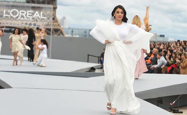 Hôm 3/3, Aishwarya Rai catwalk tại show LOreal Xuân hè trong khuôn khổ Tuần lễ thời trang Paris. Người đẹp từng là đại sứ thương hiệu của LOreal Paris trong nhiều năm.