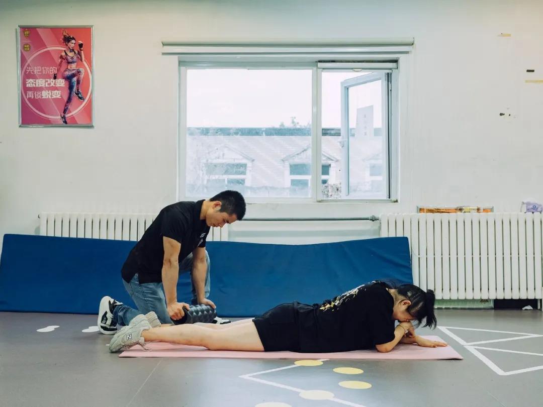 Zhou được huấn luyện viên giãn cơ sau buổi tập cường độ cao.