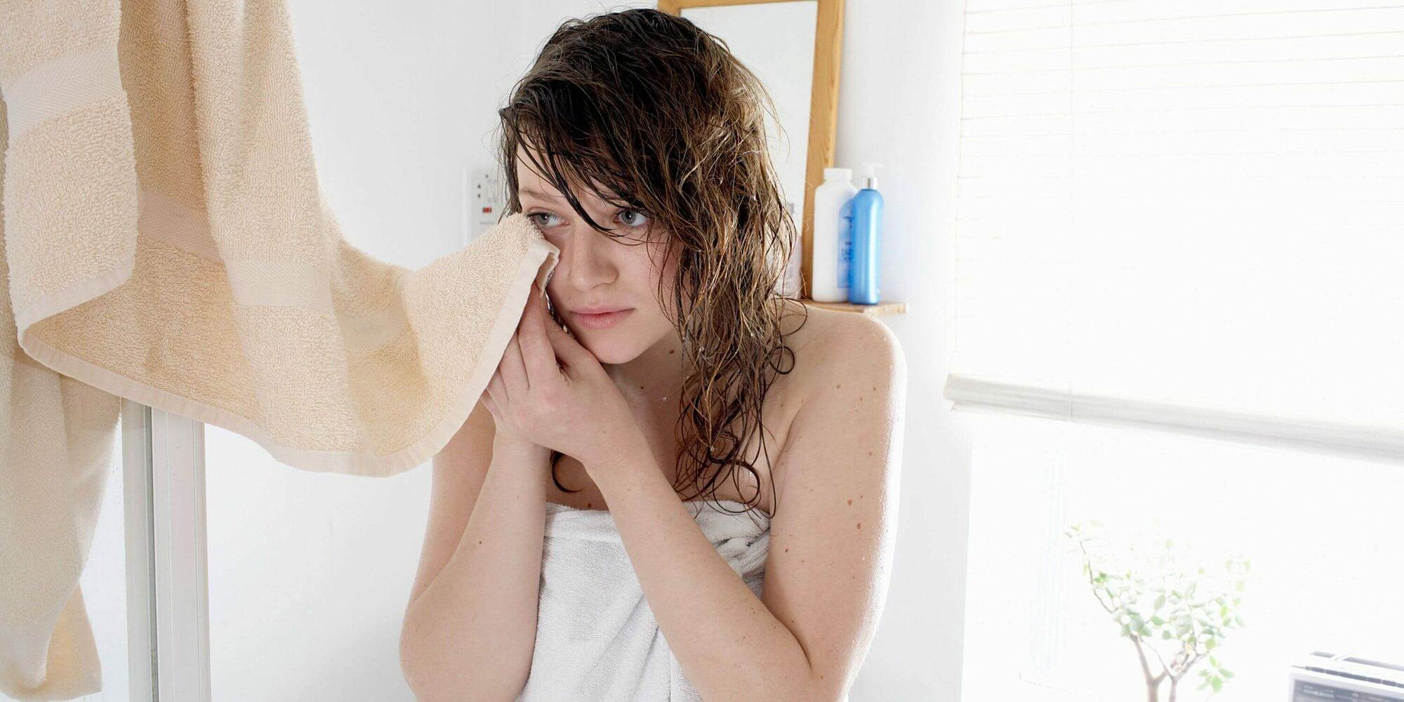 Dùng khăn tắm lau mặt gây nhiều vấn đề cho da