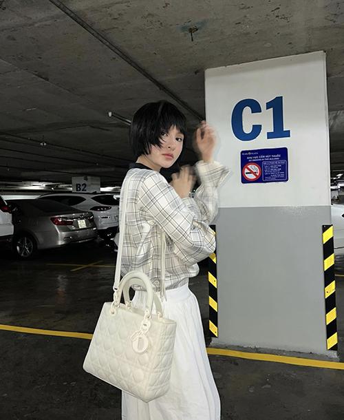 Ca sĩ trẻ như Hiền Hồ cũng phải lòng mẫu túi dáng lady phom lớn.
