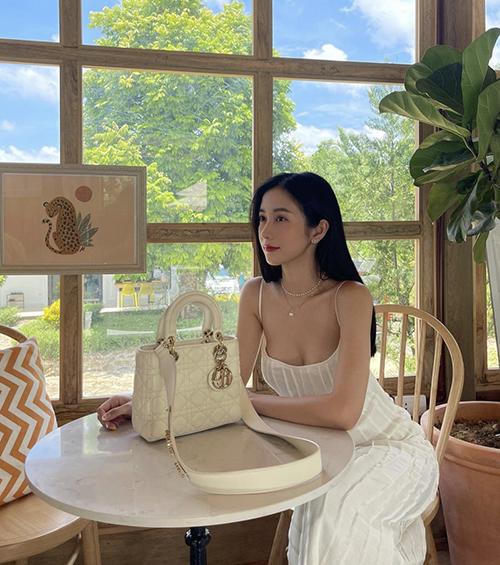 Diễn viên Jun Vũ phối đồ ton-sur-ton với mẫu túi Lady Dior.