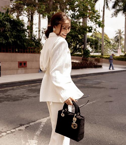 Lan Ngọc mix đồ tương phản với suit trắng và túi Lady D-Lite.
