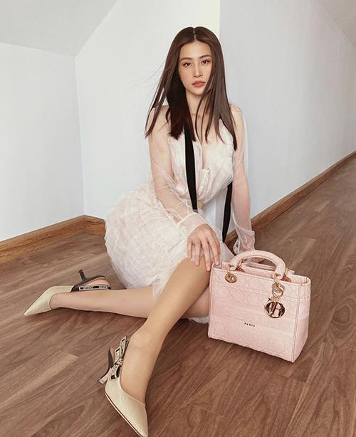 Ngay từ khi vừa ra mắt, Đông Nhi đã tậu ngay em túi tông hồng pastel để tạo điểm nhấn cho phong cách cá nhân.