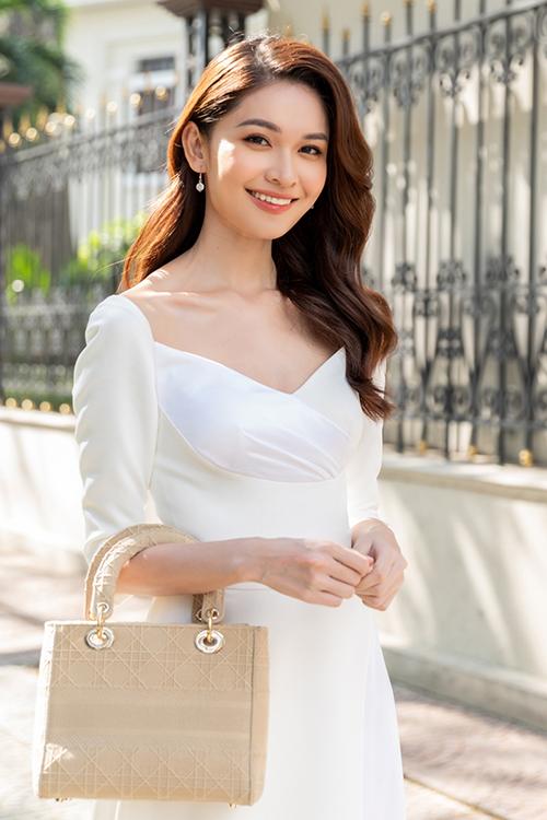 Túi Dior Lady D-Lite có giá 100 triệu đồng được Thuỳ Dung cũng được á hậy Thuỳ Dung yêu thích.