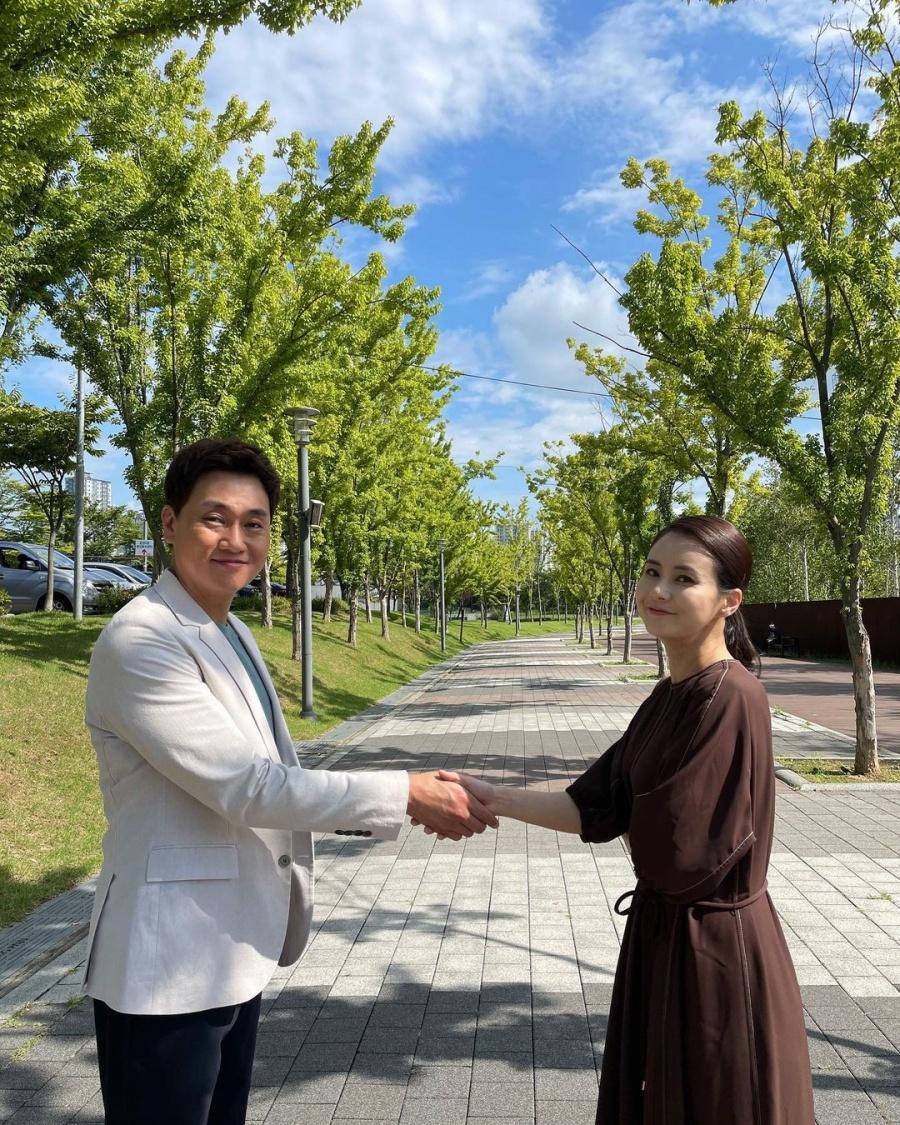 Choi Jung Yoon đăng bức ảnh bắt tay bạn diễn, gây chú ý.