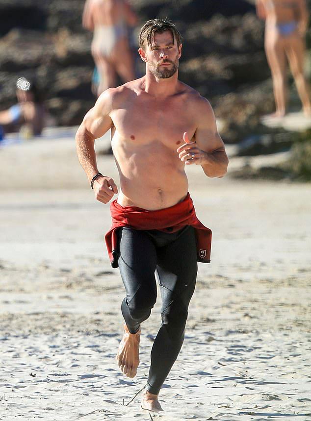 Chris Hemsworth tận dụng ngày rảnh rỗi để tập luyện trên bãi biển ở vịnh Byron, Australia.