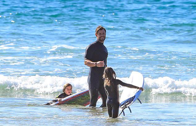 Chris Hemsworth đón hai con trai ra tập lướt ván cùng sau khi chạy một mình.
