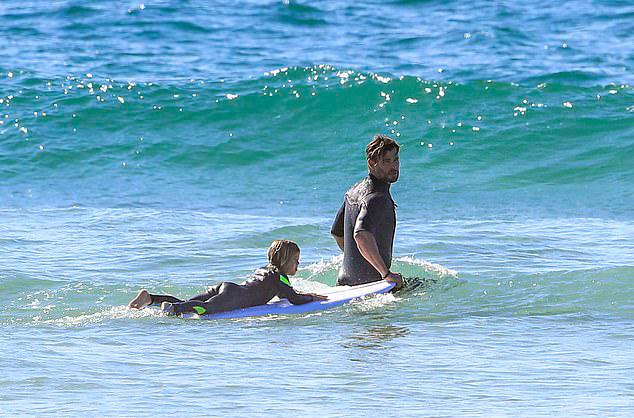 Chris và các anh em trai Luke, Liam Hemsworth có được cơ thể khỏe mạnh nhờ tập lướt sóng từ nhỏ nên anh cũng rèn luyện cho các con như vậy.