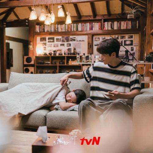 Căn nhà của tổ trưởng Hong lưu giữ nhiều khoảnh khắc tình tứ của hai nhân vật chính Hometown Cha-Cha-Cha. Ảnh: tvN