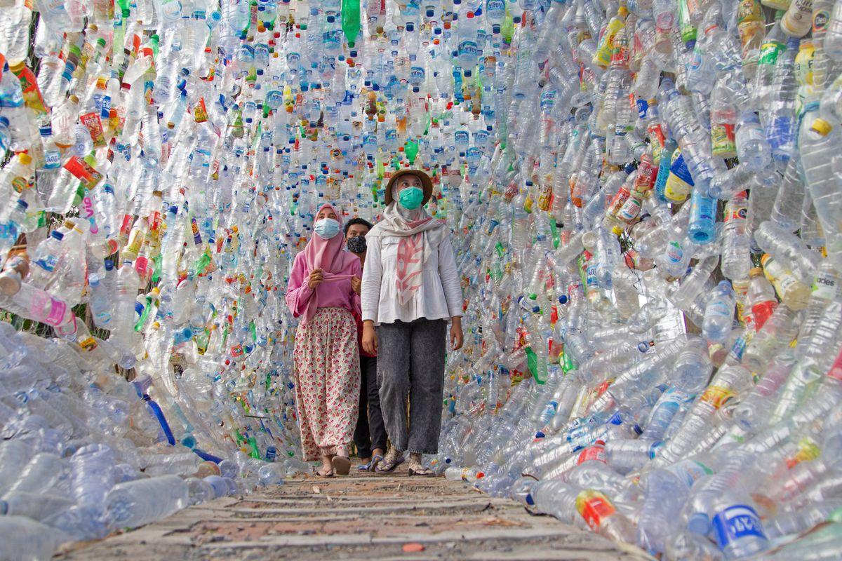 Cuối tháng 9, triển lãm về rác thải nhựa do các nhà bảo vệ môi trường Indonesia tổ chức tại thị trấn Gresik, phía đông đảo Java gây chú ý. Thông qua triển lãm, họ muốn gởi thông điệp về khủng hoảng rác thải nhựa ra đại dương đang ngày càng tồi tệ trên thế giới, đồng thời mong mọi người suy nghĩ lại thói quen và nói không với túi nylon, chai lọ sử dụng một lần. Ảnh: Reuters