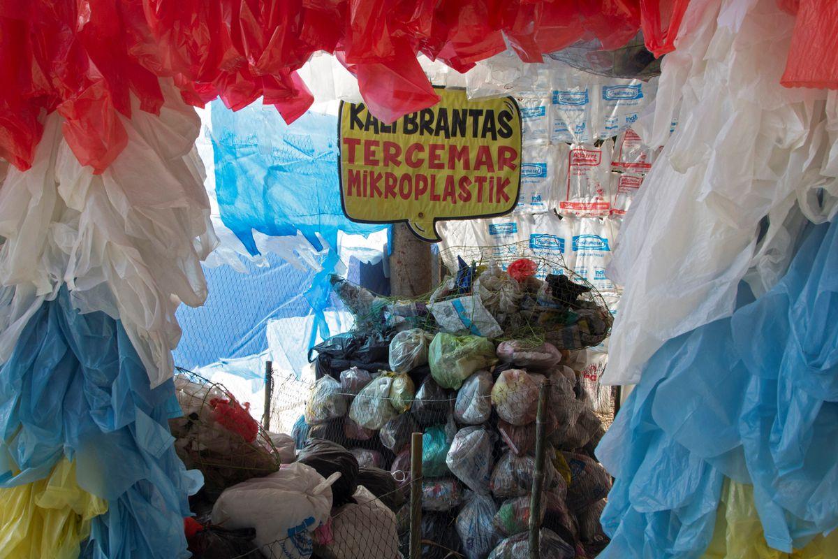 [Caption]Triển lãm ngoài trời ở thị trấn Gresik ở phía đông Java đã mất ba tháng để lắp ráp và được tạo thành từ hơn 10.000 đồ phế thải nhựa, từ chai lọ, túi xách đến gói và ống hút, tất cả đều được thu gom từ các con sông và bãi biển ô nhiễm.